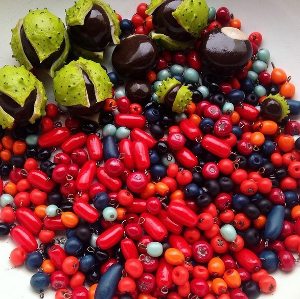 ягоды из полимерной глины в лаке