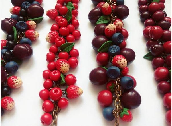 ягоды из полимерной глины в украшениях