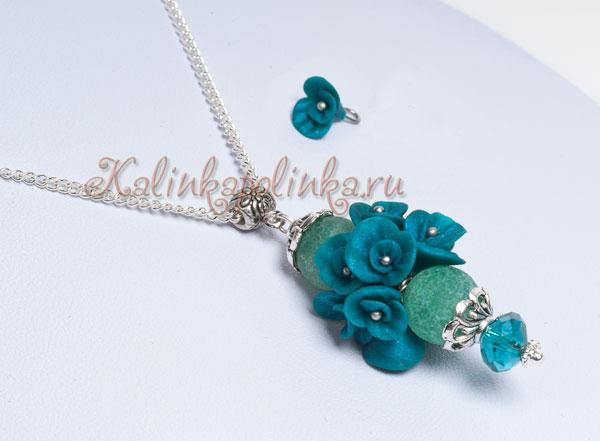 Голубой цвет в розах- это полупрозрачная пластика смешанная с чернилами.