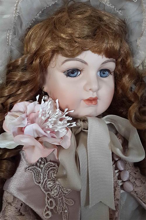 кукла старинная с цветком
