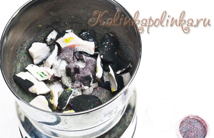 Измельчаем пластику в кофемолке (у меня обрезки от колбасы суши- цвета полупрозрачный белый, белый, темно-зеленый.