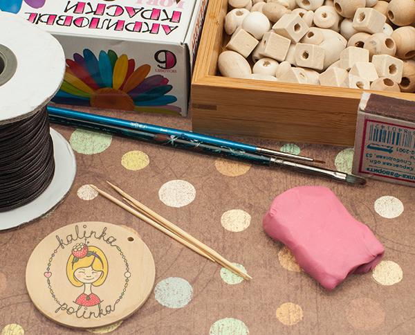 деревянные бусины, краски, вощеный шнур, инструменты для мастер-класса