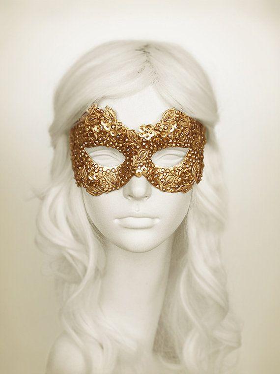 Карнавальная маска с пайетками.