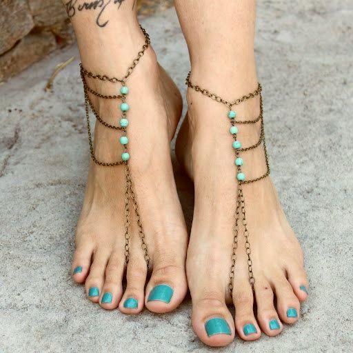 Босые сандалии с цепочками.