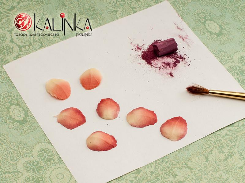 тонировка пастелью лепестков роз из полимерной глины