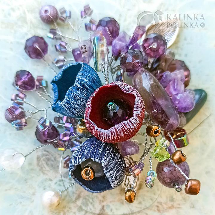 Пример броши из бусин на проволоке с полимерными цветами и хрустальными бусинами.