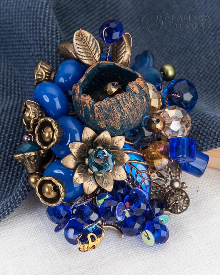Брошь в винтажном стиле с синими бусинами