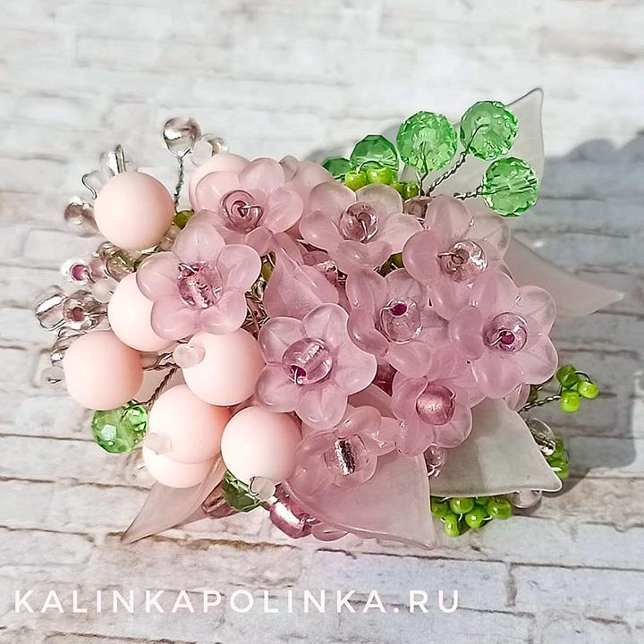 Брошь в розово-салатных тонах из бусин и бисера